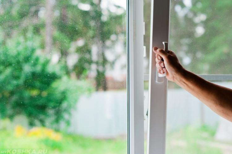 Человек открывающий окно