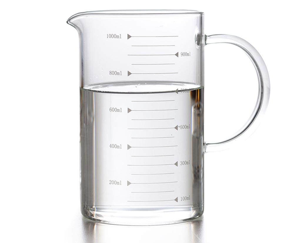Чистая вода в мерном стакане