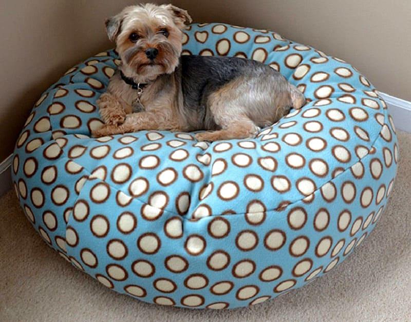 Всего за пару часов можно сшить несколько совершенно простых мягких лежанок для собак в виде подушки